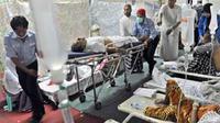 Petugas Posko Kesehatan Mina, mengevakuasi jamaah haji Indonesia ke rumah sakit rujukan di Kota Mekkah, Kamis (18/11). Hingga saat ini sebanyak 142 orang jemaah haji meninggal dunia. (Antara)