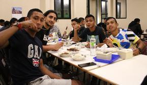 Sejumlah pemain Persebaya, di antaranya Syaifuddin, Mahmoud Eid, Rian, dan Irfan mencicipi sate klatak, makanan khas Yogyakarta. Saat ini skuat Persebaya tengah menjalani TC di Yogyakarta. (Bola.com/Aditya Wani)