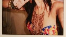 Saat fitting Victoria's Secret 2015, Kendall Jenner selfie dengan polaroidnya nih. (twitter/kendalljenner)