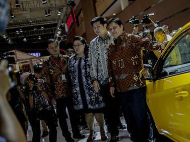 Menteri Perindustrian Airlangga Hartarto meninjau salah satu stan pada pembukaan pameran otomotif Indonesia International Motor Show (IIMS) 2019 di JiExpo Kemayoran, Jakarta, Kamis (25/4). Untuk hajatan tahun ini, acara resmi dibuka oleh Menperin Airlangga Hartarto. (Liputan6.com/Faizal Fanani)