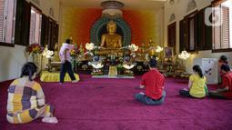 Sejumlah umat Buddha melakukan ibadah Hari Raya Tri Suci Waisak di Vihara Jakarta Dhammacakka Jaya, Rabu (26/5/2021). Pelaksanaan upacara Trisuci Waisak 2565/2021 dirayakan oleh umat Buddha secara terbatas dengan menerapkan protokol kesehatan secara ketat. (Liputan6.com/Faizal Fanani)