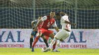 Patrich Wanggai (kanan) mengontrol bola di depan kotak penalti dan kemudian melepaskan tembakan mendatar yang bersarang di pojok kiri gawang Persija Jakarta. (Bola.com/Arief Bagus)