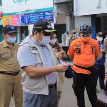 Wali Kota Tangerang Arief Wismansyah menegor warga yang tidak mematuhi PSBB (Pramita/Liputan6.com)