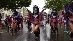 Para penari berkostum seksi saat tampil di parade hari kedua di Karnival Notting Hill, London,Inggris (31/8/2015). Karnaval Notting Hill diadakan untuk merayakan budaya Karibia yang sudah dikenal sejak 1960-an. (AFP PHOTO/LEON Neal)