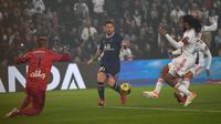 PSG meraih kemenangan 2-1 atas Lyon pada laga pekan keenam Ligue 1 di Parc des Princes, Senin (20/9/2021) dini hari WIB. Dalam duel tersebut, megabintang PSG, Lionel Messi, masih belum mencetak gol. (AP Photo/Francois Mori)
