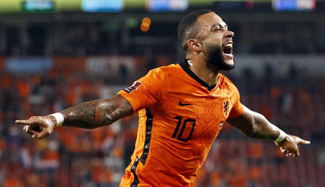 Memphis Depay menjadi pemuncak klasemen sementara top skor kualifikasi Piala Dunia 2022 zona Eropa. Penyerang andalan Barcelona tersebut telah mengoleksi tujuh gol dan tiga assist dari enam kali penampilannya bersama Die Oranje. (Foto: ANP/AFP/Maurice Van Steen)