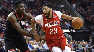 Pebasket Houston Rockets, Clint Capela, berusaha menghadang pebasket New Orleans Pelicans, Anthony Davis, pada laga NBA di Toyota Center, Minggu (25/3/2018). Rockets menang 114-91 atas Pelicans. (AP/Eric Christian Smith)