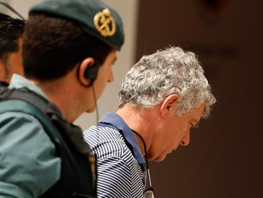 Mantan Presiden Federasi Sepak Bola Spanyol (RFEF), Angel Maria Villar dibawa oleh polisi Garda Sipil Spanyol menuju markas besar Federasi di Las Rozas, Spanyol (18/7). Villar ditangkap karena dugaan terlibat kasus korupsi.  (AP Photo / Francisco Seco)