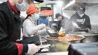 Liu (kedua kiri) bersama rekan timnya mengemas makanan untuk para petugas medis di Wuhan, Provinsi Hubei, China, Rabu (26/2/2020). Bersama beberapa koki, Liu menuju Wuhan pada 3 Februari lalu sambil membawa bahan makanan. (Xinhua/Cheng Min)