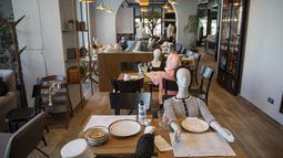 Maneken diposisikan di meja restoran Bagolina sebagai protes atas lockdown di Pristina, Jumat (9/4/2021). Restoran di ibu kota Kosovo mengisi mejanya dengan maneken sebagai simbol protes keputusan pemerintah yang menutup restoran selama dua minggu akibat lonjakan kasus COVID-19. (AP/Visar Kryeziu)