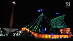 Replika kapal layar dengan cahaya warna-warni menghiasi malam Festival of Light di Monumen Nasional (Monas), Jakarta, Rabu (14/8/2019).  Festival ini digelar  Dinas Pariwisata dan Kebudayaan DKI Jakarta dari 14-25 Agustus 2019. (merdeka.com/Iqbal S. Nugroho)