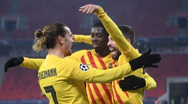 Pemain Barcelona merayakan gol yang dicetak Antoine Griezmann ke gawang Ferencvaros pada laga lanjutan Liga Champions di Puskas Arena, Kamis (3/12/2020) dini hari WIB. Barcelona menang 3-0 atas Ferencvaros. (AFP/Attila Kisbenedek)