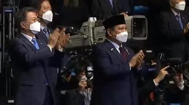 Presiden Korea Selatan Moon Jae- In (kiri) dan Menteri Pertahanan RI Prabowo Subianto (kanan) saat peluncuran protipe KF-21 KFX/IFX 9 April 2021. (Kemhan.go.id)