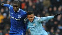 Pemain Manchester City, Gabriel Jesus (kanan) berebut bola dengan pemain Everton Kurt Zouma dalam Liga Inggris di Stadion Etihad, Manchester, Inggris, Sabtu (15/12). Manchester City menang 3-1. (AP Photo/Rui Vieira)