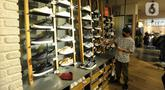 Pekerja membersihkan dan menyusun sepatu di salah outlet di Lippo Mall Kemang, Jakarta Selatan, Selasa (2/6/2020). Sejumlah pengelola mal di DKI Jakarta mulai melakukan persiapan dalam menghadapi new normal. (merdeka.com/Arie Basuki)