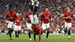 Liga Inggris musim 2007/2008 disabet oleh Manchester United. Setan Merah juga torehkan penampilan yang gemilang dengan hanya 22 kali kebobolan. Hal itu tak lepas dari penampilan gemilang penjaga gawang mereka, Edwin Van Der Sar yang berhasil torehkan 21 clean sheet. (Foto: AFP/Andrew Yates)