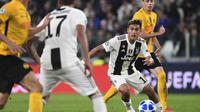 Striker Juventus, Paulo Dybala, berusaha melewati hadangan pemain Young Boys pada laga Liga Champions di Stadion Juventus, Turin, Selasa (2/10/2018). Juventus menang 3-0 atas Young Boys. (AFP/Miguel Medina)