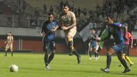 Pemain PSS Sleman, Brian Ferreira (tengah) mencoba melewati hadangan pemain PSIS Semarang di Stadion Maguwoharjo, Sleman, Selasa (30/4/2019) malam. (Bola.com/Vincentius Atmaja)