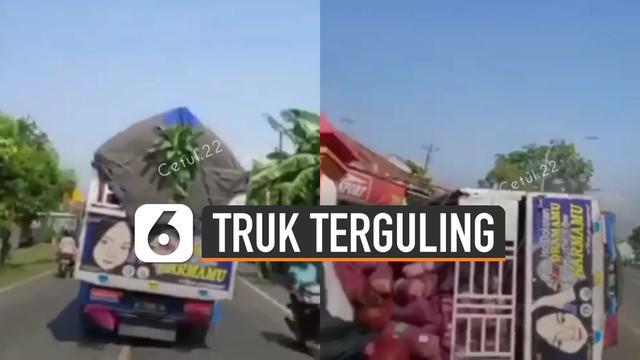 Terekam kamera pengendara motor yang melintas dibelakangnya. Sebuah truk membawa muatan terguling di jalan. Ini dia penyebabnya.