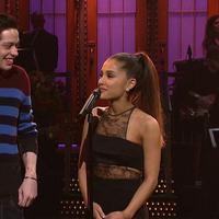 Pete Davidson sepertinya menyukai Ariana saat manggung. Ia pernah mengunggah foto Ariana Grande saat tengah perform dan memuji tunangannya tersebut. (Youtube)