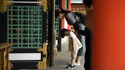 Pengunjung memberikan penghormatan di Kuil Ikuta di pusat Kobe (5/10/2019). Kuil, dengan sejarah lebih dari 1.800 tahun ini dikatakan sebagai salah satu kuil tertua di Jepang. (AFP Photo/Monteforte)