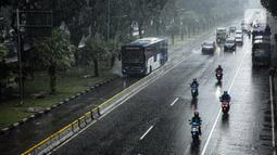 Sejumlah kendaraan melintas saat hujan deras megguyur kawasan Patung Kuda, Jakarta, Kamis (21/10/2021). Memasuki musim hujan, warga Jakarta diharapkan mewaspadai terjadinya banjir dan dampak kemacetan yang akan makin parah karena genangan air di badan jalan. (Liputan6.com/Faizal Fanani)