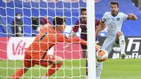 Kiper Chelsea, Kepa Arrizabalaga, menghalau bola saat melawan Crystal Palace pada laga Premier League di Stadion Selhurst Park, London, Selasa (7/7/2020). Chelsea menang dengan skor 3-2. (Justin Tallis/Pool via AP)