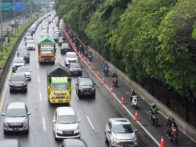 Pengendara motor melintasi Gerbang Tol Lenteng Agung 2 di Tanjung Barat, Jakarta, Rabu (1/1/2020). Banjir yang menggenangi Jalan TB Simatupang menyebabkan akses bagi pengendara terputus sehingga membuat arus lalu lintas seluruh kendaraan dialihkan melalui jalan tol. (Liputan6.com/Immanuel Antonius)
