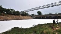 Kondisi Kali Bekasi yang tercemar limbah busa di kawasan Marga Jaya, Bekasi, Kamis (18/10). Pencemaran yang terjadi sejak tiga hari lalu menggangu produksi air bersih PDAM Tirta Patriot milik Pemkot Bekasi hingga 50 persen.  (Merdeka.com/Iqbal S. Nugroho)