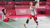 Pasangan Indonesia, Greysia Polii (kanan) dan Apriyani Rahayu merayakan kemenangannya setelah mengalahkan Chen Qing Chen dan Jia Yi Fan dari China pada pertandingan perebutan medali emas ganda putri pada Olimpiade Musim Panas 2020, Senin, 2 Agustus 2021, di Tokyo, Jepang. (AP Photo/Dita Alangkara)