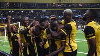 Para pemain Young Boys merayakan gol yang dicetak Nicolas Ngamaleu ke gawang Manchester United dalam laga matchday pertama Liga Champions 2021/2022, Rabu (15/9/2021) dini hari WIB. (SEBASTIEN BOZON / AFP)