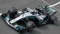 Pebalap Mercedes, Valtteri Bottas, menjadi yang tercepat pada sesi latihan bebas pertama F1 GP Inggris di Sirkuit Silverstone, Jumat (14/7/2017). (Bola.com/Twitter/suttonimages)