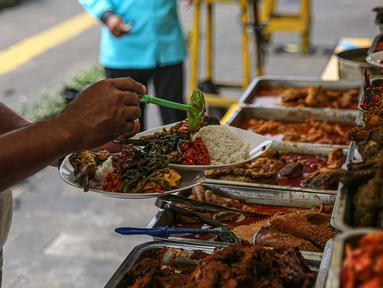 Lauk-pauk disajikan di warung nasi kapau di kawasan Senen, Jakarta Pusat, Senin (19/10/2020). Pelonggaran pembatasan sosial berskala besar (PSBB) kembali ke fase transisi disambut baik oleh para pelaku usaha kuliner karena pengunjung dapat kembali bersantap di tempat. (Liputan6.com/Faizal Fanani)
