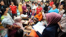 Puluhan warga antri mendapat bantuan alat mandi di dalam Masjid Raya Universitas Borobudur, Jakarta, Senin (20/2). Ratusan warga Cipinang Melayu terpaksa mengungsi akibat banjir yang menggenangi pemukiman mereka. (Liputan6.com/Helmi Fithriansyah)
