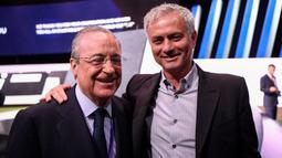 """Selain Ronaldo, ia juga menyebut nama pelatih Real Madrid, Jose Mourinho (kanan). Ia berkata """"Mourinho seorang idiot. Ini bukan soal dia tidak mau bermain. Dia agak tidak normal. Dia mengemudi tanpa lisensi. Dia telah kewalahan oleh tekanan."""" (Foto: AFP/Franck Fife)"""