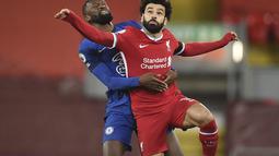 Penyerang Liverpool, Mohamed Salah dan bek Chelsea, Antonio Rudiger bersaing pada matchday ke-27 Liga Primer Inggris di Anfield, Jumat (05/03) dini hari WIB. Chelsea mempermalukan tuan rumah yang juga juara bertahan Liverpool 1-0. (Oli Scarff, Pool via AP)