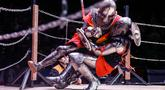 Para kontestan berduel dalam ajang Warrior 2020 di Moskow, Rusia, pada 23 Februari 2020. Warrior 2020, sebuah turnamen kesatria internasional dan pertunjukan abad pertengahan yang unik, digelar di Moskow pada Minggu (23/2). (Xinhua/Maxim Chernavsky)