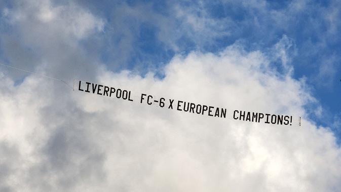 Pesawat yang membawa banner yang diduga fan Liverpool di atas Optus Stadium, Perth, saat Manchester United menggelar sesi latihan, Kamis (11/7/2019). (Bola.com/Tony Ashby)