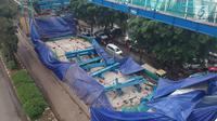 Foto udara memperlihatkan kondisi konstruksi tiang beton Light Rail Transit (LRT) yang roboh di Kayu Putih, Jakarta Timur, Senin (22/1). Peristiwa itu tidak memengaruhi kondisi lalu lintas di sepanjang jalan Kayu Putih Raya. (Liputan6.com/Arya Manggala)