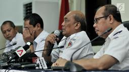 Ketua KNKT Soerjanto Tjahjono (dua kanan) memberi keterangan terkait perkembangan investigasi Lion Air PK-LQP di Jakarta, Kamis (21/3). Soerjanto mengatakan KNKT telah berdiskusi dengan Boeing dan FAA mengenai sistem MCAS. (merdeka.com/Iqbal Nugroho)