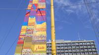 Sebuah menara LEGO sedang dibangun untuk mencoba memecahkan rekor dunia di Lapangan Rabin di Tel Aviv, Israel, Rabu (27/12). Menara setinggi 36 meter juga bertujuan untuk memecahkan Guinness World Record. (AFP Photo/Jack Guez)