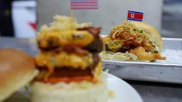 "Burger ""Durty Donald"" dan ""Kim Jong Yum"" yang baru dibuat di sebuah restoran di Hanoi, Vietnam, 24 Februari 2019. Restoran ini membuat 2 jenis burger khusus untuk menyambut kedatangan Pemimpin Korut, Kim Jong-un dan Presiden AS Donald Trump. (AP/Hau Dinh)"