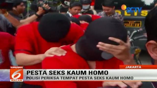 Lima tersangka dihadirkan dalam olah tempat kejadian perkara pesta seks gay di spa T1 Sauna yang berada di Plaza Harmoni, Jakarta Pusat.