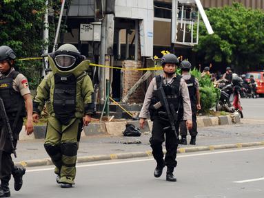 Petugas Gegana Polri meninggalkan pos polisi di perempatan Sarinah Jl MH Thamrin usai melakukan penyisiran, Jakarta, Kamis (14/1/2016). Pasca ledakan, aparat Gegana langsung melokalisir tempat kejadian perkara (TKP). (Liputan6.com/Helmi Fithriansyah)