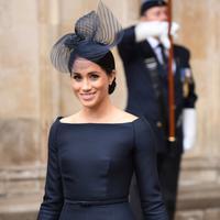 Duchess of Sussex, Meghan Markle tersenyum saat tiba menghadiri kebaktian di Westminster Abbey, London, (10/7). Kebaktian ini digelar untuk memperingati 100 tahun Angkatan Udara Kerajaan Inggris. (AFP Photo/Chris J Ratcliffe)