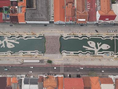 Foto aerial proyek revitalisasi kawasan Kali Besar, Kota Tua, Jakarta Barat, Kamis (3/5). Proyek revitalisasi Kali Besar ini terinspirasi dari penataan Sungai Cheonggyecheon di Korea Selatan. (Liputan6.com/Arya Manggala)
