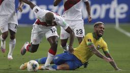 Gelandang Brasil, Douglas Luiz, berebut bola dengan bek Peru, Luis Advincula, pada laga lanjutan kualifikasi Piala Dunia 2022 zona Amerika Selatan, di Estadio Nacional de Lima, Rabu (14/10/2020) pagi WIB. Brasil menang 4-2 atas Peru. (AFP/Sebastian Castaneda/pool)