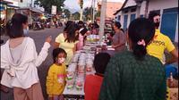 Warga membeli hidangan takjil yang dijual pedagang, di jalan Sultan Hasanudin, Beru, Kabupaten Sikka, NTT. (Liputan6.com/ Dionisius Wilibardus)