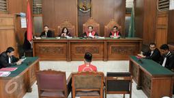 Terdakwa Feriyanto saat mengikuti sidang perdana di PN Jakarta Selatan, Kamis (23/6). Terdakwa kasus provokasi via media sosial saat demo sopir taksi bulan Maret lalu jalani sidang perdana dengan agenda pembacaan dakwaan. (Liputan6.com/Yoppy Renato)