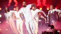 Aksi anggota Backstreet Boys saat tampil di atas panggung selama 102,7 KIIS FM Wango Tango 2017, California, (13/5). Backstreet Boys telah menjual lebih dari 130 juta rekaman di seluruh dunia. (Rich Fury/Getty Images/AFP)